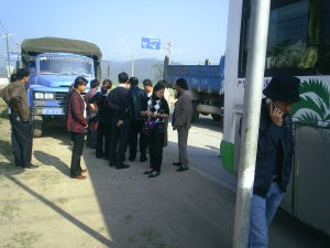 A lorry smashed into the back of the bus in Xishuangbanna, China